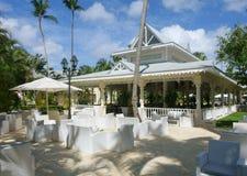 Centro turístico tropical con muebles al aire libre imagen de archivo libre de regalías