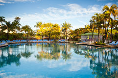 Centro turístico tropical de lujo de la piscina del Caribe del paraíso foto de archivo libre de regalías