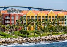 Centro turístico tropical debajo del puente azul Fotos de archivo