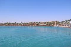 Centro turístico tropical en Egipto Gente que nada en el mar Los turistas se relajan en la playa fotos de archivo