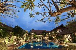 Centro turístico tropical en la noche imagenes de archivo
