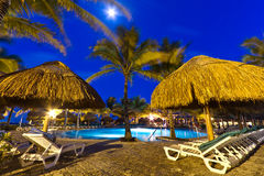Centro turístico tropical en la noche Foto de archivo libre de regalías
