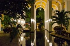 Centro turístico tropical en la noche Foto de archivo