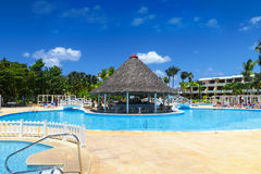 Centro turístico tropical exótico cerca de la piscina smiwwing Fotografía de archivo