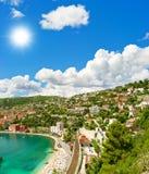 Centro turístico y bahía con el mar Mediterráneo y el cielo azul Imagenes de archivo