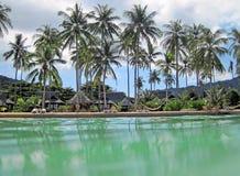 Centro turístico y palmeras tropicales Imágenes de archivo libres de regalías