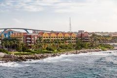 Centro turístico y puente coloridos en Curaçao Imagenes de archivo