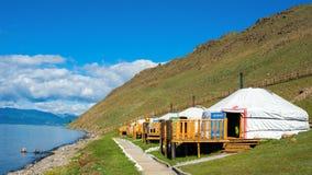 Centro turistico in Mongolia sulla riva del lago Hovsgol Yurts - una casa tradizionale in Mongolia Immagini Stock