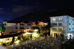 Centro turístico de verano por noche Imágenes de archivo libres de regalías