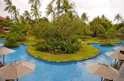 Centro turístico del hotel con la piscina (Bali, Indonesia) Imagen de archivo libre de regalías