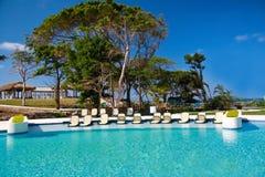 Centro turístico tropical con la piscina Foto de archivo libre de regalías