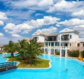 Centro turístico tropical con la piscina 6swimming Imágenes de archivo libres de regalías