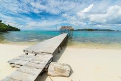 Centro turístico y embarcadero en la playa tropical escénica en Indonesia Foto de archivo