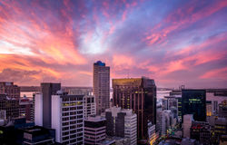 Centro urbano con grattacielo durante il tramonto Fotografie Stock Libere da Diritti