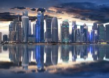 Centro urbano dell'orizzonte della città di Doha alla notte, Qatar immagini stock libere da diritti