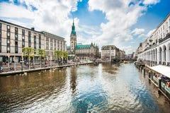 Centro urbano di Amburgo con il municipio ed il fiume di Alster, Germania Fotografia Stock