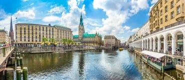 Centro urbano di Amburgo con il municipio ed il fiume di Alster, Germania Fotografia Stock Libera da Diritti