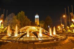 Centro urbano di Bitola, Macedonia - torre di orologio e fontana immagini stock