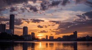 Centro urbano di Ekaterinburg sul tramonto Vista dello stagno della città, clo stupefacente Fotografie Stock Libere da Diritti
