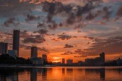 Centro urbano di Ekaterinburg sul tramonto Vista dello stagno della città, clo stupefacente Immagini Stock