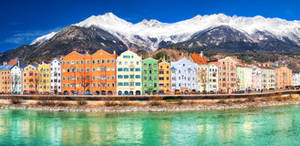 Centro urbano di Innsbruck con il fiume della locanda e le alpi di Tyrolian, Austria Immagine Stock