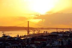 Centro urbano di Lisbona e 25 de Abril Bridge al tramonto portugal Immagine Stock