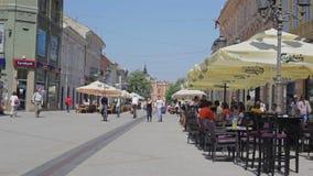 Centro urbano di Novi Sad pronto per i turisti stock footage