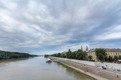 Centro urbano di Seghedino visto dal fiume di Tibisco, con un punto culminante sulla cattedrale di Seghedino, studiata la luce du fotografia stock