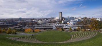 Centro urbano di Sheffield, vista dalla collina del parco fotografia stock libera da diritti
