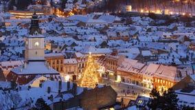 Centro urbano di Snowy con l'albero di Natale decorato stock footage