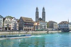 Centro urbano di Zurigo, banchina di Limmat e di Grossmunster nell'estate Fotografie Stock Libere da Diritti