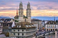 Centro urbano di Zurigo con le montagne innevate delle alpi nel backgroun Immagini Stock