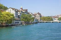 Centro urbano di Zurigo e banchina di estate, Svizzera di Limmat Immagine Stock Libera da Diritti
