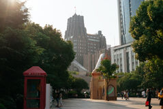 Centro urbano, edificio alto e cabina telefonica di Shanghai immagine stock