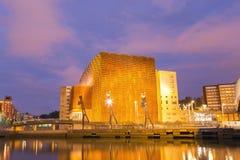 Centro y sala de conciertos de conferencia de Euskalduna en la puesta del sol fotos de archivo