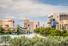 Centros turísticos de Las Vegas vistos del lago Bellagio Foto de archivo