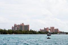 Centros turísticos tropicales rosados más allá del agua Imágenes de archivo libres de regalías
