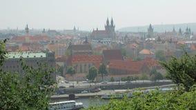 Centrum av den forntida europeiska staden i sommardag, gammal gotisk arkitektur, byggnader och kyrkor arkivfilmer