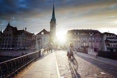 Centrum av Zurich med den berömda Fraumunster kyrkan Arkivfoton