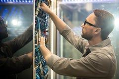 Centrum danych in?ynier egzamininuje kable obrazy royalty free