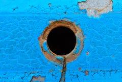 Centrum dziura na błękitnym metalu talerzu zdjęcia stock