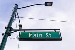Centrum för tecken för huvudsaklig gata arkivbilder