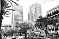 Centrum finansowe z wysokimi budynków samochodami, drzewkami palmowymi w dzielnicie biznesu i Handlowa własność lub nieruchomość fotografia stock
