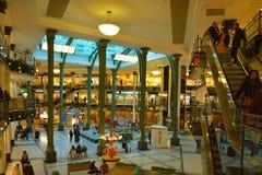 Centrum handlowe indoors z dziejowymi resztkami od sławnego budynku w gent Zdjęcie Royalty Free