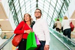 centrum handlowego mężczyzna zakupy kobieta Zdjęcia Royalty Free