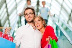centrum handlowego mężczyzna zakupy kobieta Obraz Stock
