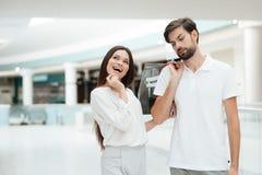 centrum handlowego mężczyzna zakupy kobieta Kobieta chce iść przechować ale mężczyzna jest zmęczony fotografia stock