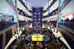 centrum ludzie wędrują spoczynkowego zakupy Zdjęcia Royalty Free