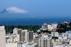 Centrum med många byggnader och Guanabara fjärd i bakgrunden arkivfoto