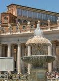 Centrum St Peter kwadrat z Bernini fontanną lokalizował dir zdjęcie royalty free